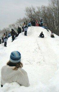 kids_sliding_down_snow_pile